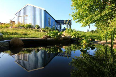 Skovhuset set fra havedammen