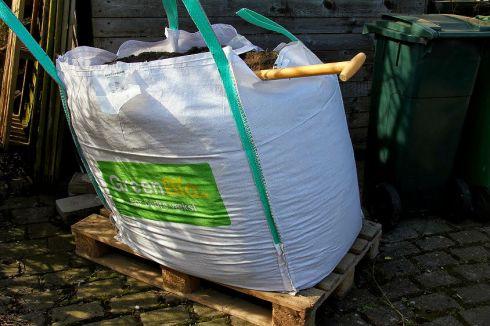 1 ton jord klar til at fyldes i pallerammer.